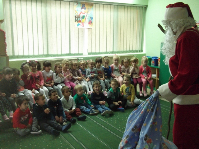 Деда Мраз посетио децу у вртићима